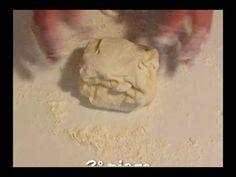 Come preparare la focaccia di patate senza glutine morbida con patate lesse schiacciate nell'impasto che rendono la focaccia soffice e alveolata Gluten Free Pizza, Gluten Free Recipes, Free Food, Olive, Latte, Muffin, Home, Quinoa Bread, Recipes