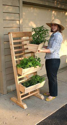 Three-Tier vertical growing system need to find diy dicas de jardinagem, de Vertical Garden Design, Herb Garden Design, Vertical Gardens, Small Gardens, Growing Flowers, Planting Flowers, Herb Planters, Planter Ideas, Herb Pots