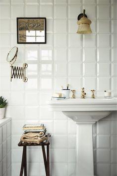 Vægflise Boho Soho, hvid blank eller mat flise i 15x15 formattet, og med helt plan overflade eller med facet slebne kanter. Giver den hvide flisevæg nyt liv
