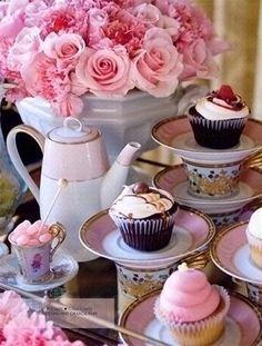 stacking tea cups with yummy cupcakes Coffee Time, Tea Time, Afternoon Tea Parties, Rose Tea, My Cup Of Tea, Sweet Tea, Strawberry Shortcake, Vintage Tea, High Tea