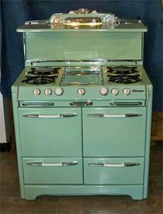 Would love a vintage-look kitchen with this stove & color! Kitchen Stove, Old Kitchen, Kitchen And Bath, Vintage Kitchen, Kitchen Appliances, 1950s Kitchen, Kitchen Cart, Kitchen Design, Kitchen Decor