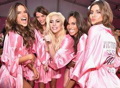 """Lady Gaga presenteou todas as Angels do Victoria's Secret Fashion Show Genteee como pode ser tão linda essa Lady Gaga a cantora que fez uma performance incrível no desfile da VSFW e ainda presenteou todas as angels com rosas personalizadas.A topLily Aldridgerevelou que a cantora deu um presente para cada uma das modelos. """"Ela esperou que cada uma de nós voltasse depois do show e nos deu uma rosa personalizada!"""" disse Lily. Além de GagaBruno MarseThe Weekndtambém se apresentaram no desfile…"""