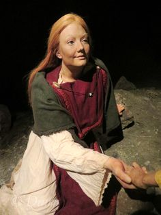"""Mother figure wearing a folded apron dress held with """"roach"""" shaped brooches at the Saga Museum in Reykjavik, Iceland. At the Saga Museum the various Viking Age/Settlement stories and histories are explored through wax figure scenes. Viking Dress, Viking Garb, Larp, Forensic Facial Reconstruction, Icelandic Sagas, Viking Life, Viking Woman, Historical Women, Historical Photos"""