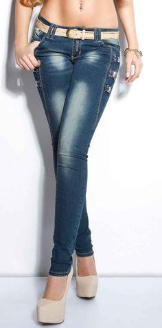 Skinny Jeans Paola Fabulosos Jeans Pitillo con un fantástico diseño de hebillas en los laterales del pantalón. Unos jeans realmente sexys. Vaqueros de cintura baja y ceñidos al cuerpo. Con bonitos detalles a los costados en forma de lazos con brillantes. Se trata de unos pantalones semi-elástcios de tacto suave. Unos jeans exclusivos que puedes combinar con cualquier prenda. Ideal para todo tipo de ocasiones. Chic e irresistibles! ¿Los vas a dejar escapar?  Código producto: IS1037