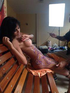 A UNIÃO FAZ A FORÇA – SEMPRE ALERTA !: Ensaio mostra Lorena Bueri nua com o corpo pintado