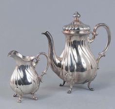 Coffee pot, milk jug, 800'-silver, form standing in a classic English style, on four provided with Akanthusmotiv feet. G = 214.0 g (jug) H = 17.0 cm G = 628.0 g (can) h = 24.0 cm - Anbieter Gut Bernstorf  Saalauktion Ausruf: 550.00EUR