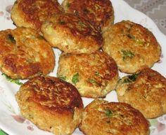 Котлеты из кабачков и мяты 6 кабачков или цуккини (маленькие и свежие со шкуркой) (я их почистила) 2 чайные ложки соли 1 мелко нарезанный лук 2 мелко нарезанных зубчика чеснока немного мускатного ореха перец 2 стол.лож нарезанной мяты пол стакана нарезанной петрушки или кинзы 2 яйца 1 стакан хлебных крошек