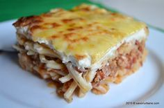 Macaroane cu carne la cuptor Pastitsio Savori Urbane (2) Romanian Food, Italian Recipes, Pasta Recipes, Cookie Recipes, Main Dishes, Food And Drink, Healthy Recipes, Cooking, Ethnic Recipes