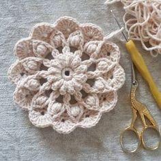 Crochet Flower – Step By Hay at devam ediyor! Today we are going to lean t c Crochet Mandala Pattern, Crochet Motifs, Crochet Flower Patterns, Crochet Squares, Crochet Doilies, Crochet Flowers, Knitting Patterns, Crochet Stitch, Crochet Bouquet