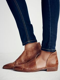 FREE RETURNS & EXCHANGES within US High quality genuine leather Leather flats with side cutouts and a slight stacked heel. Made with the finest Spanish craftsmanship. SIZING SUGGESTION: If you are size 7 (or narrow foot), choose size 37. If size 7.5, choose 37.5