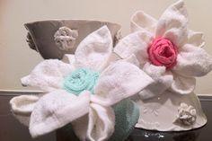 Lotusbloemen gemaakt van handdoek en vaatdoek. Housewarming gift, kado'tje voor nieuwe woning