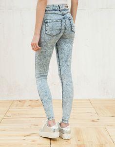Pantalón BSK tiro alto con rotos. Descubre ésta y muchas otras prendas en Bershka con nuevos productos cada semana