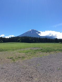おはようございます! 今日の富士山はくっきり見えます♪ 雪もだいぶ溶けてこれから夏仕様の富士山になりますね(^^) 楽しみ☆  今日はバイクがたくさんですw  #道の駅朝霧高原#富士宮市#富士山#バイク 詳しくは http://asagiri-kogen.com/73417/?p=5&fwType=pin
