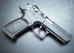 @magnumresearchinc Desert Eagle Baby Eagle III in 45 ACP. Some cool projects in the works with @magnumresearchinc super secret squirrel stuff.  #gunsdaily #weaponsdaily #sickguns #merica #machinegun #patriot #AR15 #everydaycarry #igmilitia #everydaydump #alexandryandesign #pistol #weaponsreloaded #glock #2a #gun #handgun #2ndamendment #nofilter #assaultrifle #guns #gunporn #rifleholics #rifle #sickgunsallday #Magnumresearch #deserteagle  Alexandryandesign.com