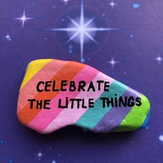 Fancy some artistic rocks with inspirational or uplifting quotes? Visit Magic Stones Art Shop at Etsy and take a look. Rock Painting Patterns, Rock Painting Ideas Easy, Rock Painting Designs, Pebble Painting, Pebble Art, Stone Painting, Painted Rocks Craft, Hand Painted Rocks, Stone Crafts