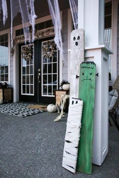 If youre looking for cheap Halloween porch decorations, this simple DIY project is for you! See how you can transform old fence boards and recycled materials and turn them into adorable Halloween porch decor that will have your neighbors jealous. Halloween Date, Halloween Film, First Halloween, Spooky Halloween, Diy Halloween Fence, Halloween Costumes, Creepy Halloween Decorations, Halloween Party Decor, Halloween Crafts