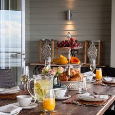It's #Humpday! What better way tot kickstart your day, than with a breakfast at Tintswalo at Boulders, right on the shores of Boulders Beach in #SimonsTown! Click on the link to view more stunning photos of the beautiful accommodation. #WesternCape #Breakfast #BeachView