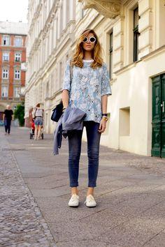 A calça cropped pants ficam na altura dos tornozelos e são uma ótima opção do trabalho ao passeio.