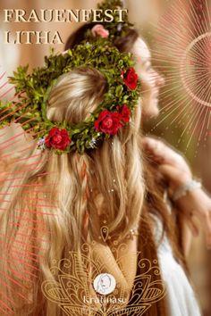 Mit der Mittsommernacht beginnt die Zeit, in der die Sonne ihre größte Kraft entfaltet. Wir fühlen uns in voller Energie und in unendlicher Kraft. Astrologisch befinden wir uns am Anfang des Tierkreiszeichen Krebs. Es ist die Zeit sich nach innen zu wenden. Die Göttinnen dieser Zeit...#Frauen, #Hexen, #Fest, #Litha, #Persekano, #Mittsommer, #Astrologie, #Jahreskreis, #Tierkreiszeichen Krebs, #Sternzeichen Krebs, #Spnne Mabon, Samhain, Beltane, Party, Astrology, Summer Solstace, Zodiac Signs, Witches, Cancer Zodiac Signs