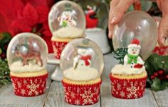 These gorgeous Snow Globe Cupcakes are topped with edible gelatin bubbles. They look amazing and so impressive! Learn how to make perfect gelatin bubbles. Snow Globe Cupcakes, Globe Cake, Christmas Cupcakes, Christmas Desserts, Christmas Treats, Christmas Baking, Holiday Treats, Christmas Holidays, Christmas Recipes