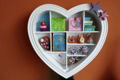 Hoe maak je oma blij??? Een hart vol knutsels, frutsels, tekeningen en fotootjes van de kleinkinderen.