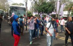 Cientos de presuntos estudiantes de escuelas normales de Michoacán, con autobuses secuestrados y la mayoría de ellos con el rostro cubierto, partieron de Casa de Gobierno por Avenida Camelinas y ...