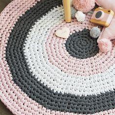 Der aus zerschnittenem French Terry gehäkelte runde Teppich ist nicht nur etwas für das Kinderzimmer. Es ist sehr angenehm auf diesem Teppich zu laufen.
