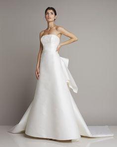 Wonderful Wedding Dress A-line silk asymmetrical train and flounces at the rear skirt of Giuseppe Papin