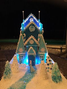 Frozen themed gingerbread house Cool Gingerbread Houses, Gingerbread House Designs, Gingerbread Village, Gingerbread Decorations, Christmas Gingerbread House, Gingerbread Cake, Christmas Cookies, Holiday Fun, Christmas Holidays