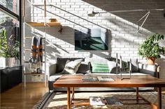 Valoisa 70-luvun rivitalokoti Espoon Haukilahdessa on päivitetty kauniisti nykyaikaan kunnioittaen talon arkkitehtuuria. Sisustus nojaa...