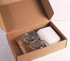 Cajas para Desayuno Sorpresa | CARTÓN S.A. - Cajas de Cartón e Ingeniería en Empaques en Barranquilla y toda Colombia Team Activities, Diy And Crafts, Paper Crafts, Picnics, Gift Baskets, Diy For Kids, Donuts, Lunch Box, Packaging