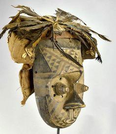 ongo RDC Beau Masque KUBA Caractéristiques TYPE D'OBJET: Masque ETHNIE: Kuba ORIGINE: RDC République Démocratique du Congo (ex Congo Belge, ex Zaïre). MATÉRIAU: Bois, textile, plumes, coquillages (cauris) DIMENSIONS: 26.5 cm de hauteur (la partie en bois uniquement) ETAT: Moyen (voir photos) Le socle n'est PAS inclus ----------------------------------------------------- Statues, Art Tribal, Art Premier, Art Africain, Lion Sculpture, African, Dimensions, Photos, Belgian Congo