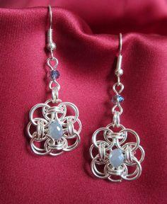 Orecchini chainmail, cristallo azzurro polvere di Piccoli Capricci di Mara su DaWanda.com
