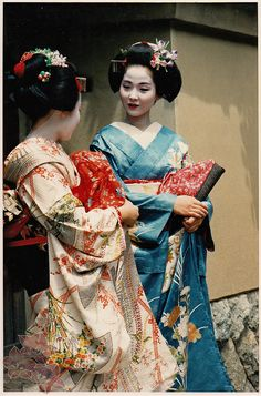 Maiko photographs by kofuji; The Maiko in blue will become the legendary Geiko Tsuneyuu
