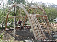 Estas son las fases de la construcción de un Goahti o Gamme (casa de césped ) típica de  los Sami (pueblo indígena escandinavo) construida para el Festival Internacional Indígena Riddu. La estructura está hecha de troncos de abedul que se sujetan unidos sin clavos. Más detalles en www.naturalhomes.org/es/turfhouse.htm