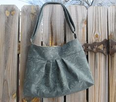 I want to try to make a homemade purse... Maybe I'll try this pattern!