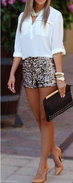 Tolle Kombi - weiße Bluse, glitzy Hot Pants und schwarze Clutch!