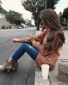 Ankle boot, jeans rasgado, suéter oversized
