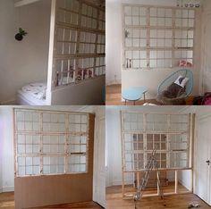 Væg af gamle vinduer. Rumdeler. Roomdevider.