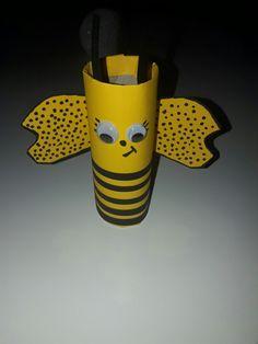 Bee toilet paper roll. Abeille en rouleau de papier toilette.