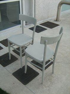 Vecchie sedie di legno pitturate di grigio