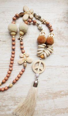 Charm- & Bettelketten - Bettelkette Hippie Peace Quaste braun creme - ein Designerstück von weibsbild bei DaWanda Hippie Style, Hippie Boho, Bohemian Jewellery, Hippie Jewelry, Beach Jewelry, Hippie Peace, Artisan Jewelry, Handmade Jewelry, Diy Jewelry