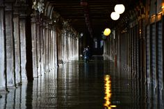 Gente en la Plaza de San Marcos inundada. AFP