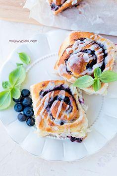 Drożdżówki z twarożkiem i jagodami | Moje Wypieki Cooking Recipes, Bread, Cake, Ethnic Recipes, Food, Pastries, Meals, Kuchen, Chef Recipes