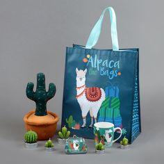 Kolekce #alpaka obsahuje #dekorace, #doplnky do bytu i na cesty, #hrnky, #tašky apod  #alpaca #homedecor Alpacas, Llama Decor, Alpaca My Bags, Llama Arts, Llama Birthday, Cute Llama, Llama Alpaca, Sewing Art, Diy Embroidery