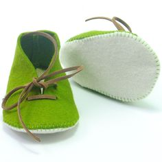 Leaf Green handmade felt babyshoes with a shoestring by Supernana. Approximate price $27, worldwide shipping.