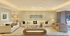 Sala de estar com quadro decorativo e sofá com almofadas divertidas
