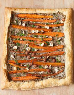Tarta cu morcovi caramelizati, ciuperci si alune de padure, un aperitiv vegetarian original pentru mesele festive sau pentru un brunch de weekend. Brunch, Vegetable Pizza, Salads, Vegetables, Cooking, Food, Pie, Carrots, Mushrooms