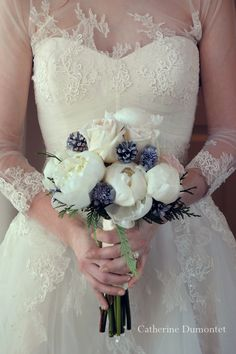 Beautiful winter wedding bouquet! with roses, pine cones and peonies! Bouquet de mariage en hiver!