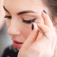Not sure how to apply false eyelashes? Here, find 12 fake lash hacks, covering everything from how to remove false eyelashes to how to clean false eyelashes. How To Draw Eyelashes, Fake Lashes, False Eyelashes, Applying False Lashes, Huda Kattan, Curling Mascara, Eyelash Enhancer, Oil Free Makeup, L'oréal Paris